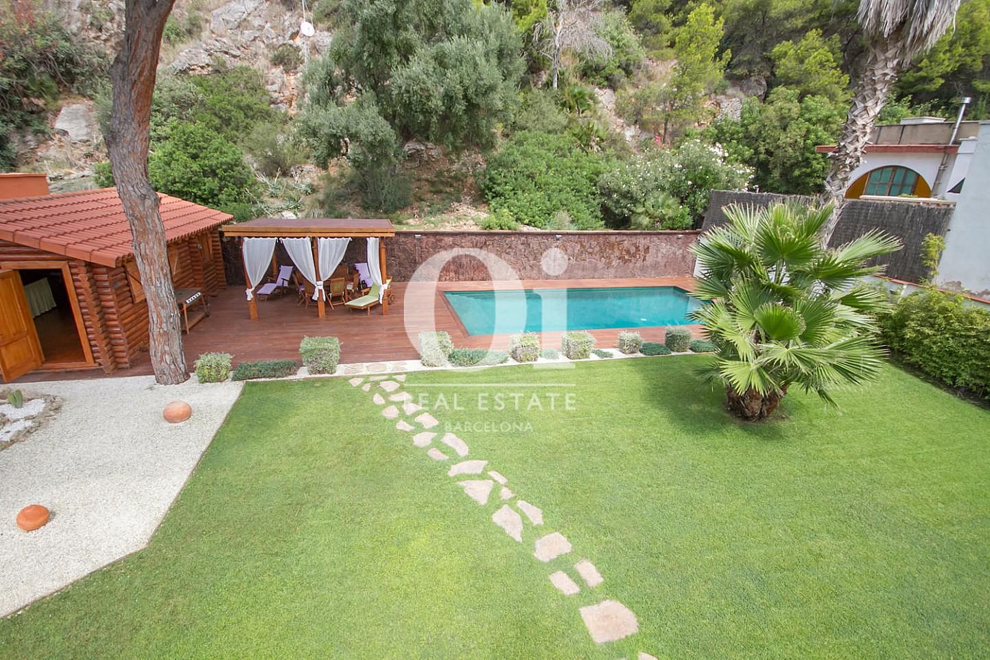 Exteriors de la casa amb la piscina i la cabana