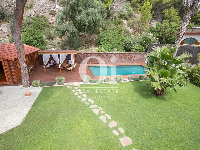 Garten mit Pool im Luxus-Anwesen zum Kauf in Sitges bei Barcelona