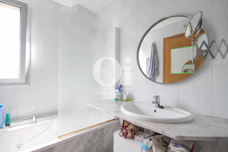 Вид ванной комнаты в удивительной квартире на продажу в ройоне Побленоу, Барселона
