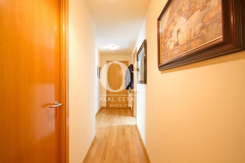 Вид длинного коридора в удивительной квартире на продажу в ройоне Побленоу, Барселона