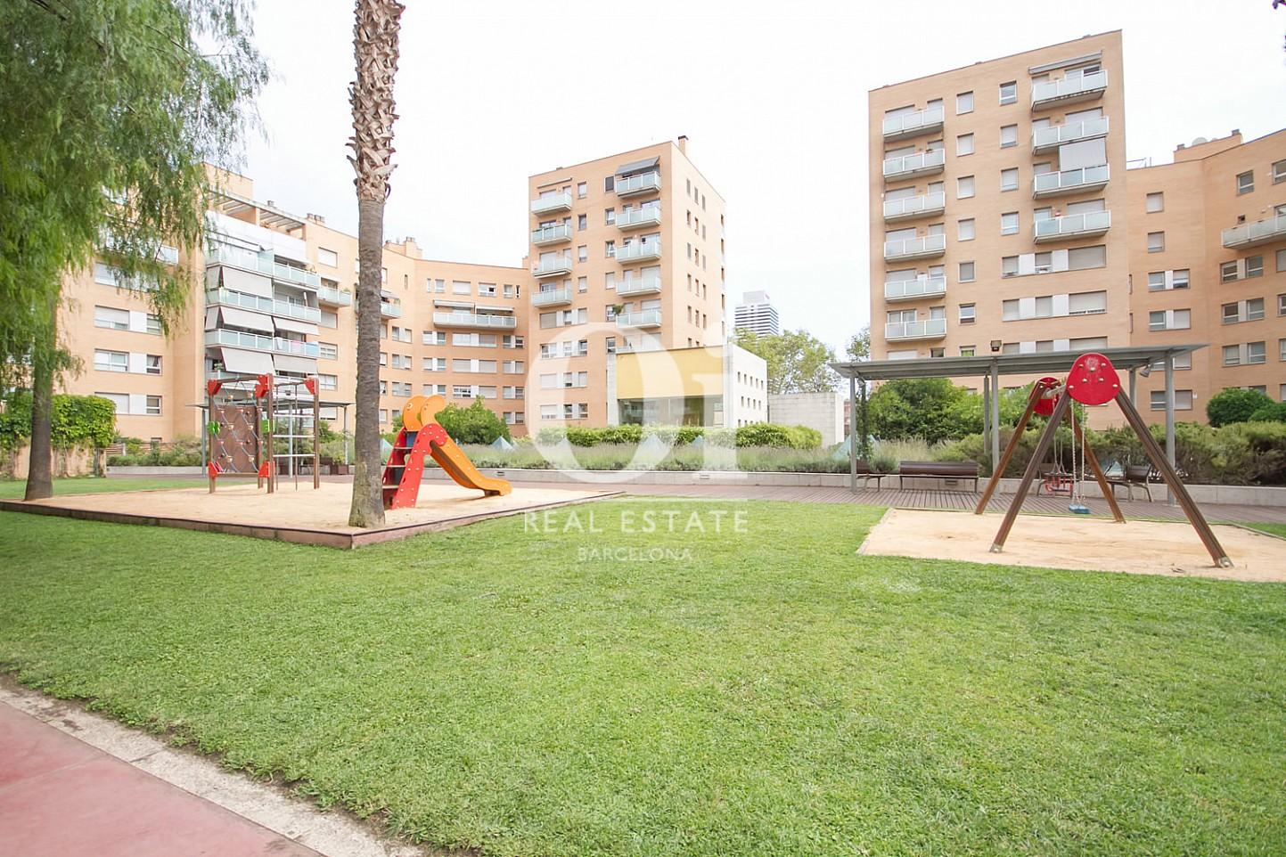 Вид внутреннего двора в доме, где расположена удивительная квартира на продажу в районе Побленоу, Барселона
