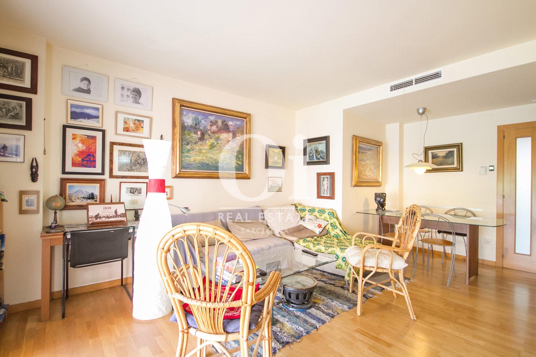 Вид гостинной-столовой в удивительной квартире на продажу в ройоне Побленоу, Барселона