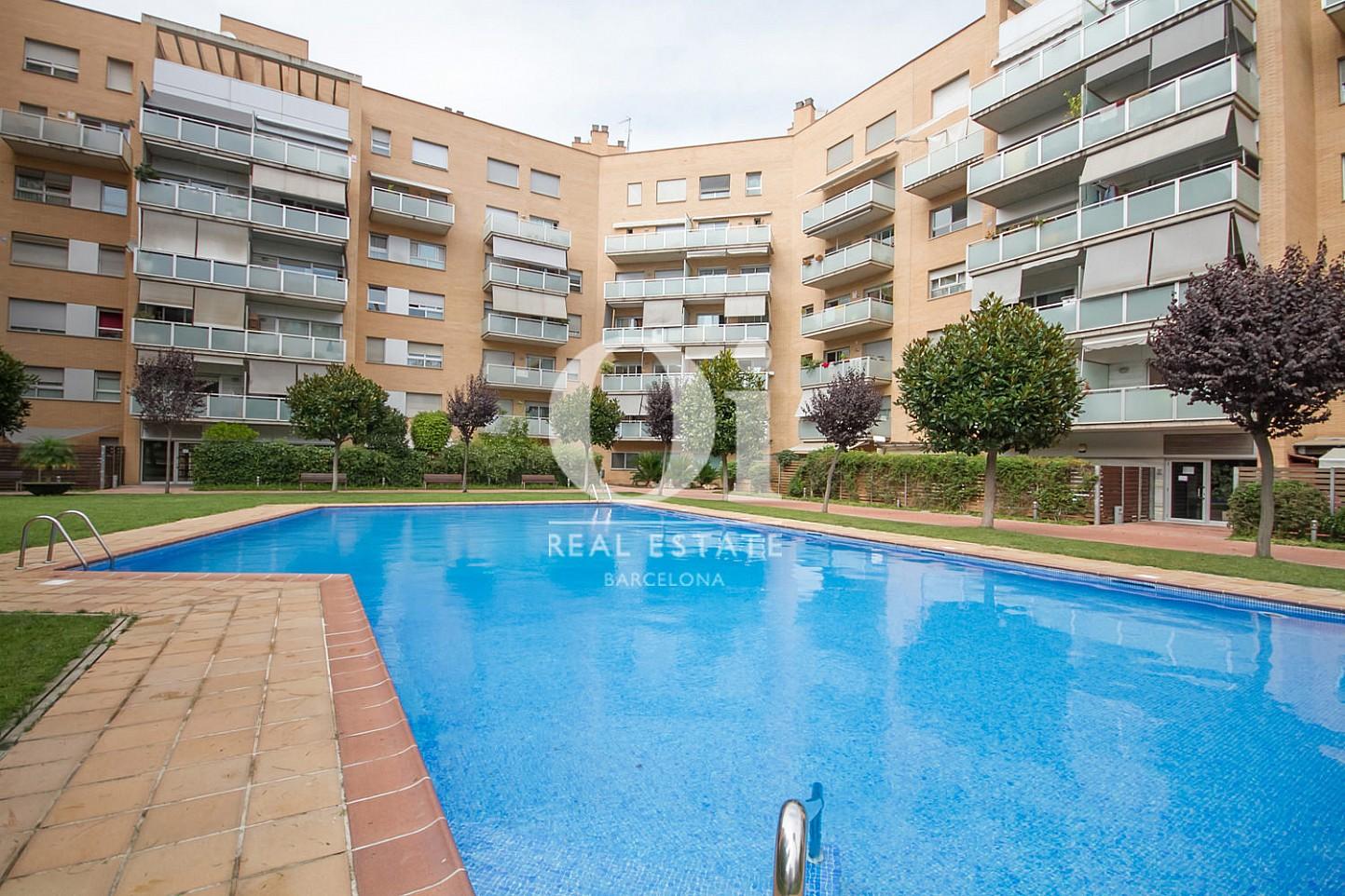 Вид общего бассейна во дворе в удивительной квартире на продажу в ройоне Побленоу, Барселона