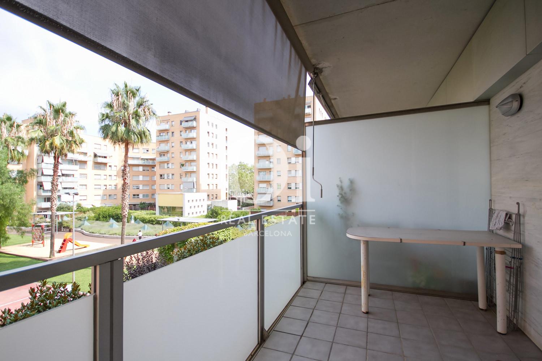 Вид широкой террасы в удивительной квартире на продажу в ройоне Побленоу, Барселона