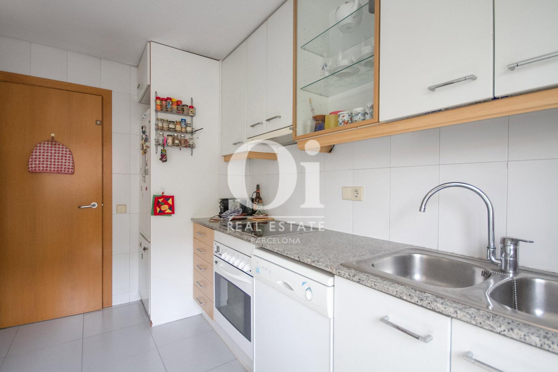 Вид отдельной кухни в удивительной квартире на продажу в ройоне Побленоу, Барселона
