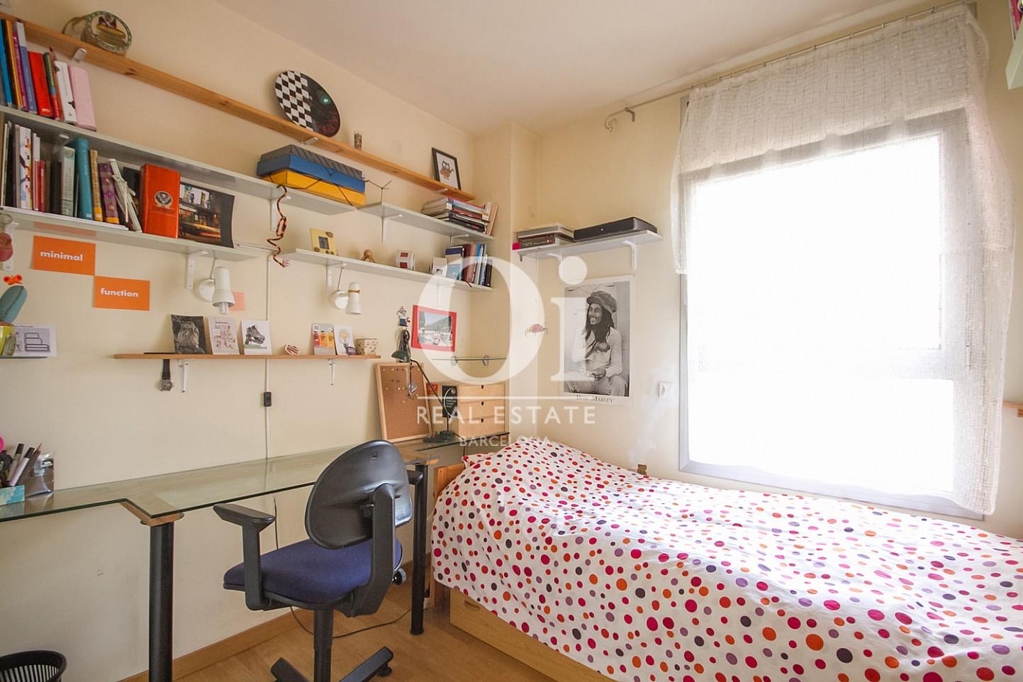 Вид светлой спальни в удивительной квартире на продажу в ройоне Побленоу, Барселона