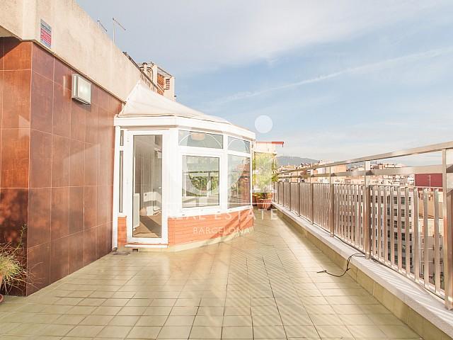 Вид большой террасы в изумительном пентхаусе в аренду в левой части Эшампле, Барселона