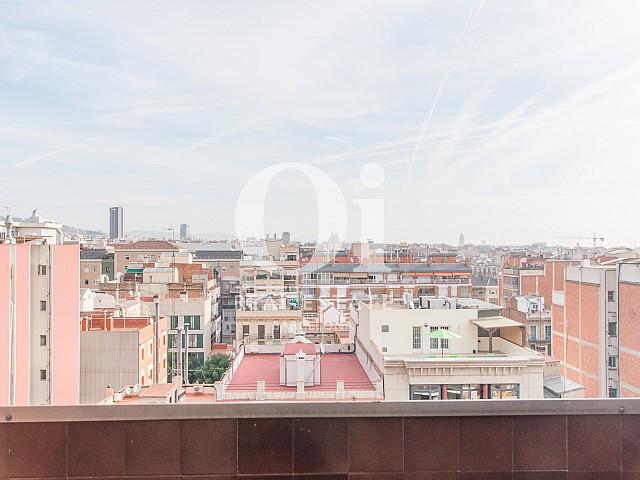 Вид на город с террасы в изумительном пентхаусе в аренду в левой части Эшампле, Барселона