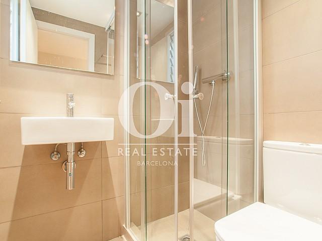Belle salle de bain complète dans un luxueux loft à louer à Barcelone