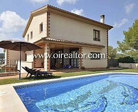 Venta de magnífica casa con 2 viviendas independientes en urbanización  de Cubelles, Costa Dorada